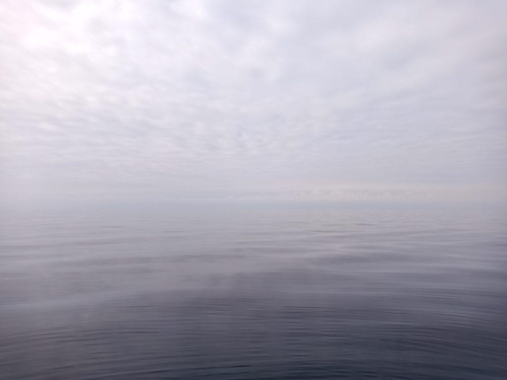 風も潮も止まって湖みたい。