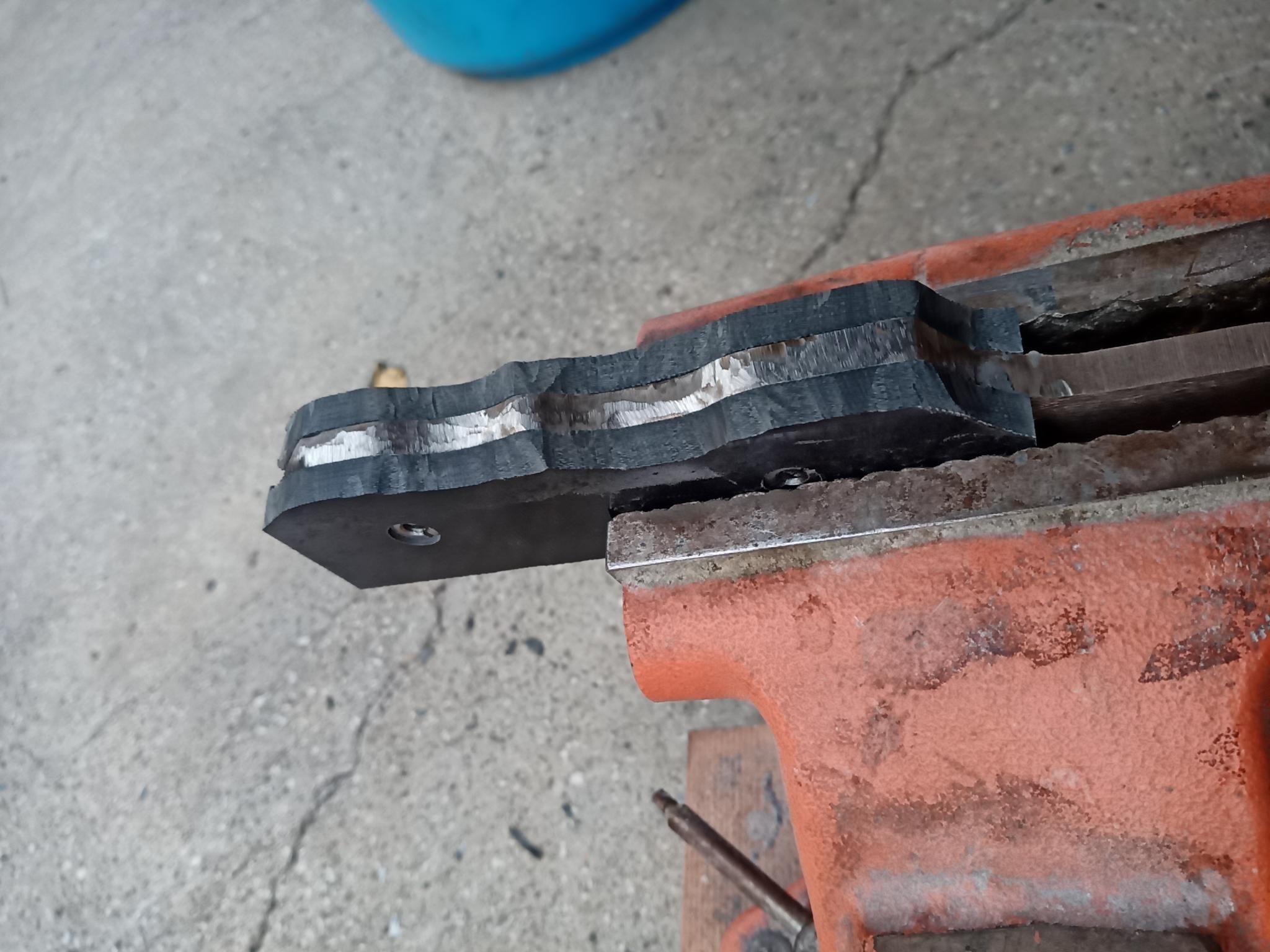 鋼材に合わせてハンドル材を削る