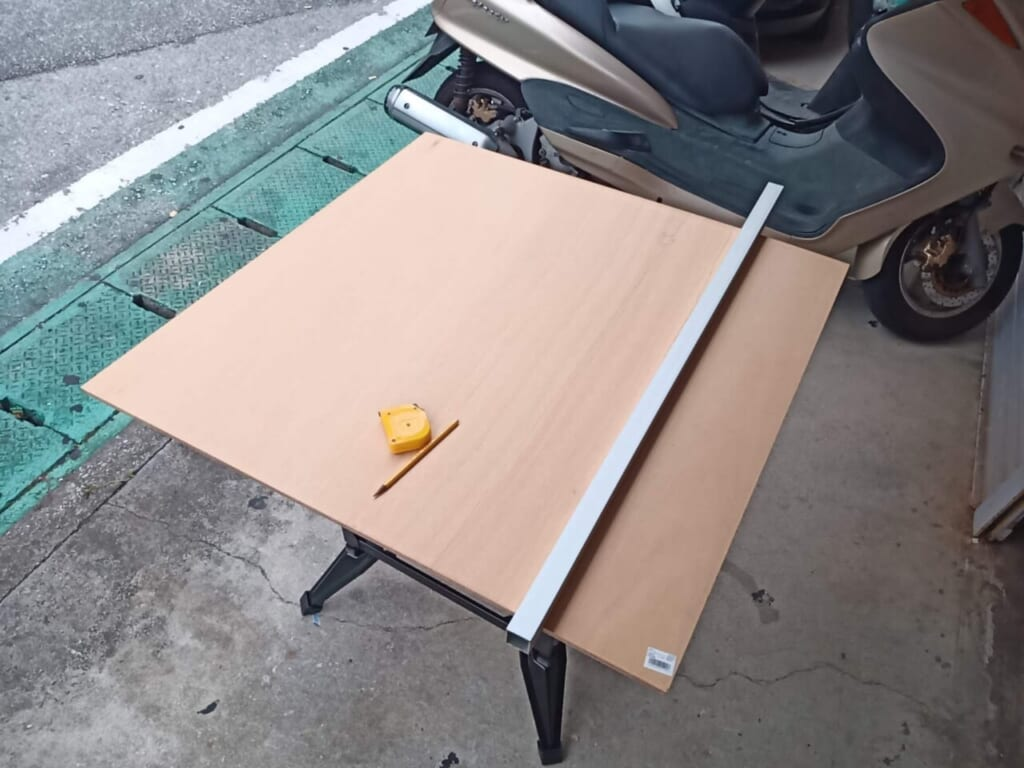 ベニア板をローラー台のサイズに合わせてカット