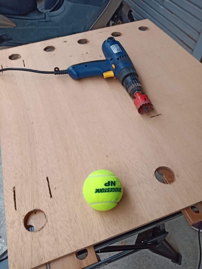 テニスボールがはまる穴をホールソーで開ける。
