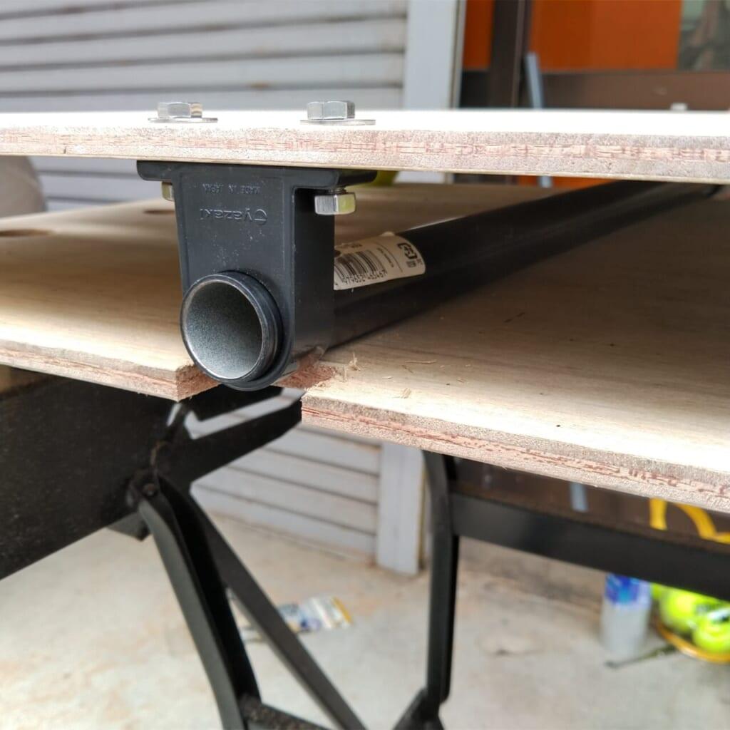パイプの固定具が干渉しないよう板をカット。前後にもずれにくくなった