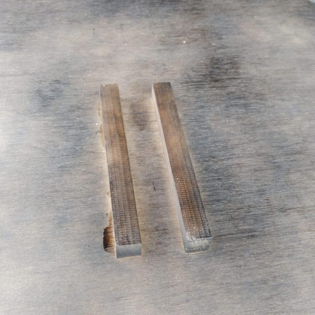 パイプがズレないよう木材を接着