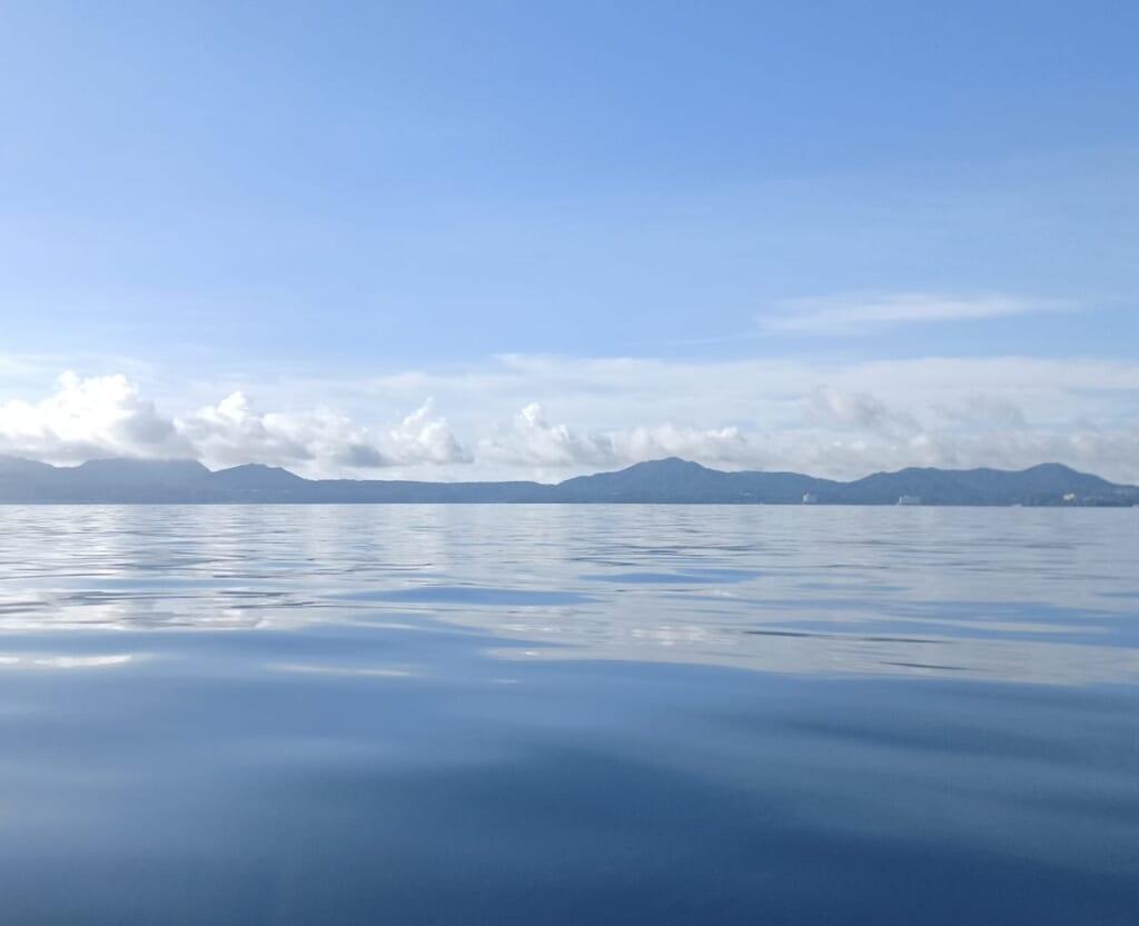 ベタ凪の名護湾
